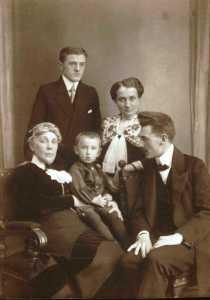 rodzina Skarbińskich Lwów ok. 1914 r siedzą Leokadia, Zdzisław, Edmund Skarbińscy stoi Władysław i Anna Skarbińska
