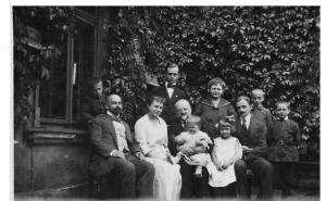 Legeżyńscy na św Michała: siedzą od lewej Kuba Lewicki, Maria córka, dr Wiktor ojciec, Michał Legeżyńscy i 2 drobnych dzieci, stoją od lewej Wiktor syn, Maria z Michalskich Legeńscy i 3 synów