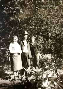 Maria z Legeżyńskich Skarbińska z lewej, Wacław i Maria ze Skarbińskich Zawilińscy 1972