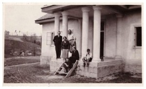 Brzuchowice budowa Dom na Swobodzie, od lewej Edmund Hilczer, Jadwiga z Szydłowskich Legeżyńska, Józef Legeżyński, Maria z Szydłowskich Hilczerowa, dzieci Helena i Marian Legeżyński