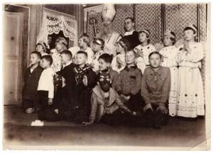 Szkoła powszechna Braci Szkolnych św Józefa we Lwowie ok 1931r, stoi wychowawca Brat Anzelm, klęczą 3-ci od lewej Marian Legeżyński, 6-ty Roman Klus