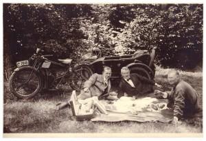 Tadeusz Czołowski w środku, z tyłu jego auto, piknik Brzuchowice