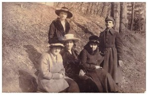 od lewej Maria Szydłowska Hilczerowa, Władysława Krzewska Domiszewska stoi, pani Voise siostra Krzewskiej, Jadwiga Szydłowska Legeżyńska, pan Voise w mundurze ok 1919