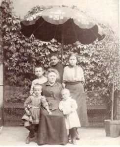 ok. 1914r, siedzi Maria z Michalskich Legeżyńska, stoi od lewej Stanisław, Michał i Maria Legeżyńscy
