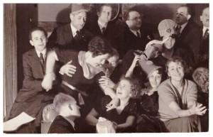 sylwester, od lewej Funek Stefan Legeżyński, Kazimierz Legeżyński, xx, Stanisław Legeżyński, Władysław Legeżyński, siedzi na środku Helena z Legeżyńskich Olszewska