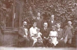 1921 siedzi Kuba Lewicki, Maria Skarbińska z dzieckiem, Wiktori Maria Legeżyńscy,stoi Michał i Wiktor Legeżyńscy