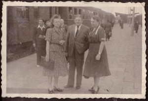 1948 r Maria Zawilińska z rodzicami Władysławem i Marią Skarbińskimi