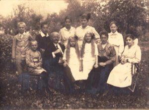 rodzina Kesslerów - stoją od lewej: xx, Karol Kessler, Wanda Kessler, Benigna Kessler, xx; siedzą od lewej: xx, p. Kłapa, jego 2 córki, jego żona (z Przeworska), Maria Kessler
